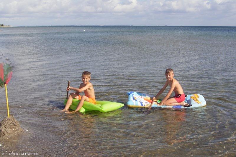 Kinder am Wasser